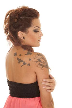그녀의 어깨와 허리에 문신 핑크 드레스 여자.