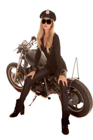 motorrad frau: Eine Polizistin ist auf der Seite von ihrem Motorrad sitzen.