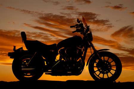 Een silhouet van een motor uit een zijaanzicht.