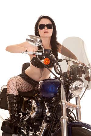 motorrad frau: Eine Frau sitzt auf ihrem Motorrad Reiten in ihre Sonnenbrille.