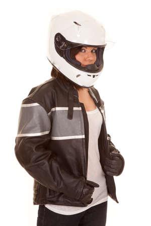 Een vrouw in haar motorhelm klaar om te gaan voor een ritje.
