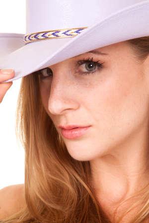 cowgirl hat: Un primer plano de la cara de una mujer que llevaba un sombrero de vaquera p�rpura con una expresi�n seria. Foto de archivo