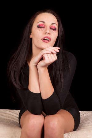 Een vrouw vampier met haar ogen dicht zitten ontspannen. Stockfoto