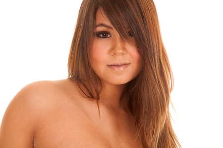 nackte brust: eine Frau mit einem nackten Schulter zeigt ihre kleinen Lächeln.