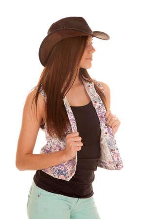 cowgirl hat: una mujer mira a la cara que llevaba su sombrero de vaquera con una expresi�n seria.