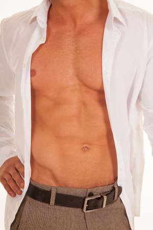 shirt unbuttoned: un uomo con la camicia bianca sbottonata vicino di petto
