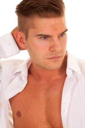 shirt unbuttoned: un uomo con la sua mano con la sua testa con la sua camicia bianca sbottonata.
