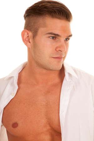 shirt unbuttoned: un uomo con la camicia sbottonata cercando di lato. Archivio Fotografico