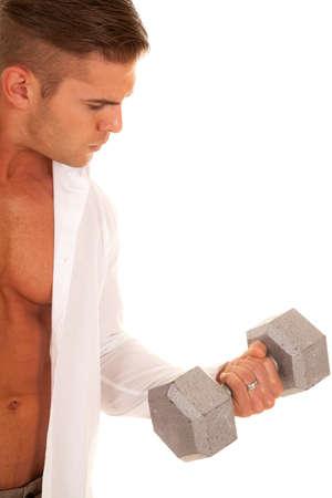 shirt unbuttoned: Un uomo con la camicia sbottonata alzando pesi.