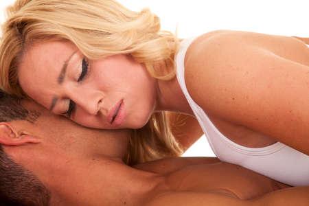 nackte brust: eine Frau, die auf ihr Mann, hat er eine nackte Brust. Lizenzfreie Bilder