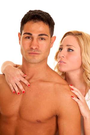 nackte brust: Eine Frau, die hinter einem Mann mit der Hand auf die Schulter und auf seine nackte Brust.