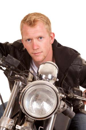 handle bars: Un hombre inclinado hacia adelante sobre el manillar de su moto.
