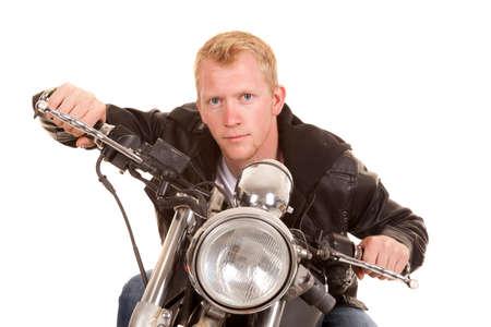 handle bars: Un hombre en su moto inclinada sobre el manillar. Foto de archivo