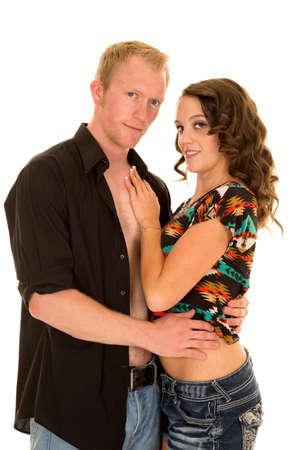 nackte brust: eine Frau mit ihrer Hand auf nackte Brust ihres Mannes mit einem L�cheln.