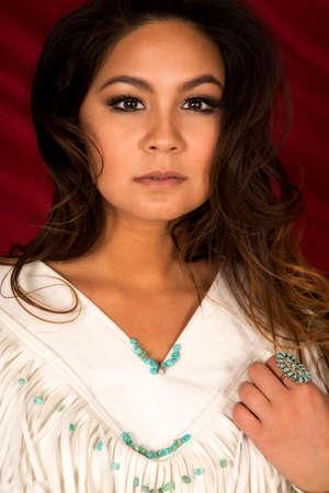indios americanos: Una mujer nativa americana mirando con una expresión seria en su rostro. Foto de archivo