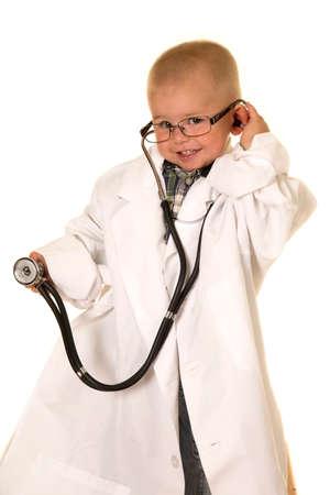 estetoscopio: Un muchacho joven en la bata de laboratorio, con la escucha de algo con su estetoscopio.