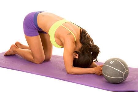 mujer arrodillada: una mujer de rodillas hacia abajo que se extiende a punto de hacer ejercicio.