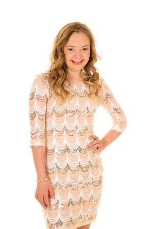 Une femme avec le syndrome de Down dans sa robe avec ses mains sur sa hanche. Banque d'images