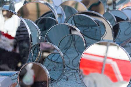 moltitudine: una moltitudine di specchi in posa in un mercato Archivio Fotografico