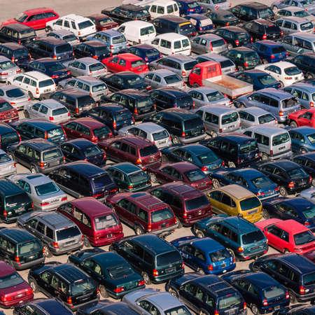coches aparcados en el concurrido puerto de Savona, Italia.