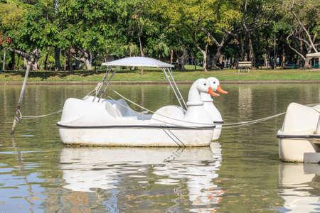 colour in: duck boat white color in the lake Foto de archivo
