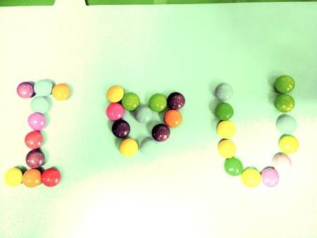 i love u: �cris ... I love u par color� de bonbons. Banque d'images