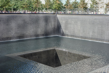 honoring: NEW YORK, USA - 23 settembre 2014: National September 11 Memorial � un istituto educativo e storico onorare le vittime dell'attentato alle Torri Gemelle Editoriali