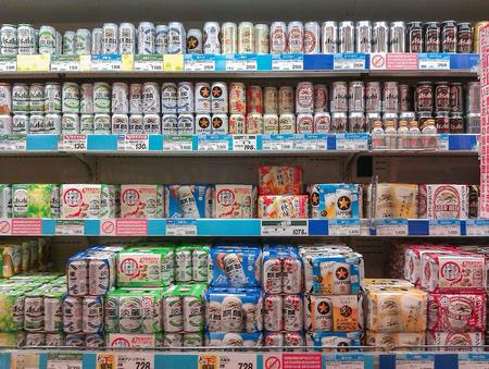 東京、日本 - 2012 年 8 月 22 日: スーパー マーケットのディスプレイで通常日本製品保管棚 報道画像