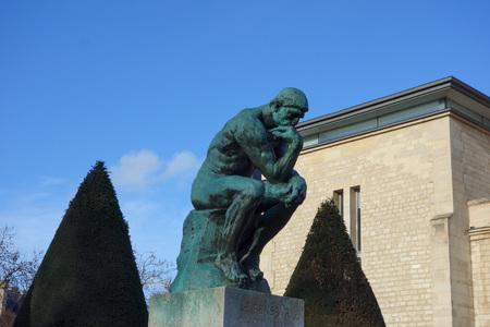 PARIS, FRANCE - CIRCA janvier 2016: Le Penseur (qui signifie Le Penseur) la sculpture de l'année 1902 par Auguste Rodin représentant la philosophie à Paris