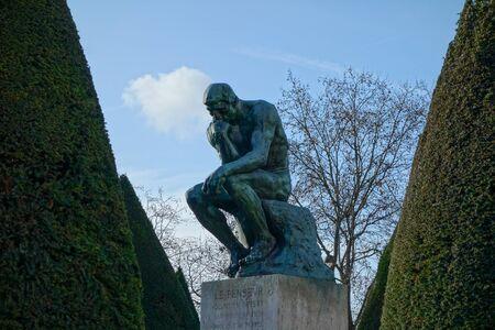 pensador: PARIS, FRANCIA - CIRCA DE ENERO DE 2016: Le Penseur (que significa El pensador) escultura desde el a�o 1902 por Auguste Rodin que representa la filosof�a en Par�s Editorial