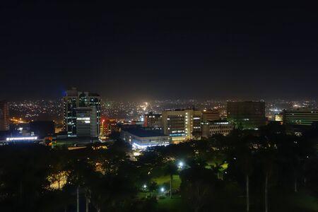 Kampala, Oeganda - CIRCA september 2016: Nacht uitzicht van de stad Kampala