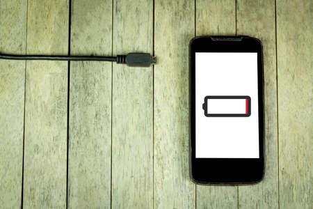 bateria: teléfono inteligente necesita para cargar la batería Foto de archivo