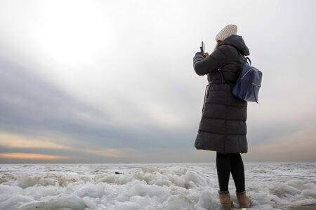portrait of a woman in winter near the lake Banco de Imagens