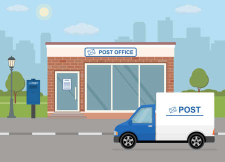 Costruzione della posta, camion di consegna e cassetta delle lettere sul fondo della città. Stile piatto, illustrazione vettoriale.