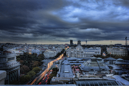 日没時のスペイン、マドリードの街並み画像。
