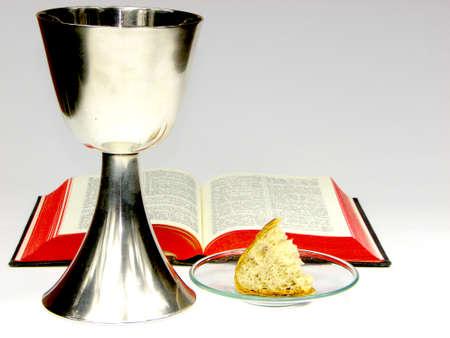 santa cena: Caliche, la Biblia y el pan