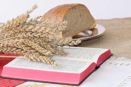 santa cena: Abra la biblia y el pan