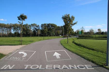 tolerancia: Senda peatonal con indicaci�n de la tolerancia Foto de archivo