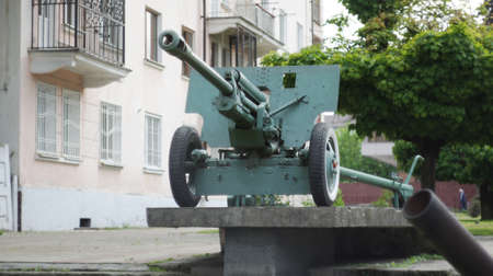 Artillery cannon of the 2nd World War on a commemorative pedestal in the center of Nalchik. Banco de Imagens