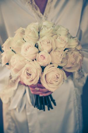 rosas blancas: Ramo de la boda con rosas color crema de la mirada de la vendimia