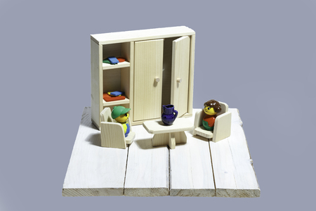 arredamento classico: Mobili giocattolo di legno con figurine colorate su uno sfondo di legno natura