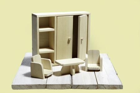arredamento classico: Mobili in legno giocattolo in miniatura su uno sfondo di legno bianco Archivio Fotografico