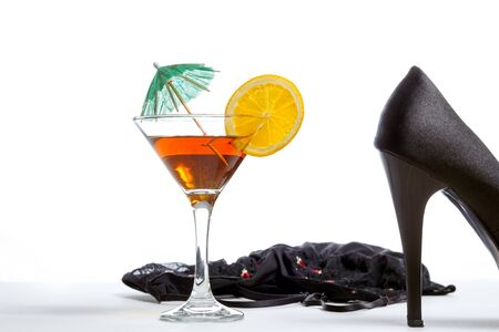 femme en sous vetements: Cocktails, champagne, les femmes lingerie sexy et hautes collines sur un fond blanc