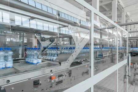 Para la producción de botellas de plástico y botellas en una fábrica de cinta transportadora Foto de archivo - 66529535