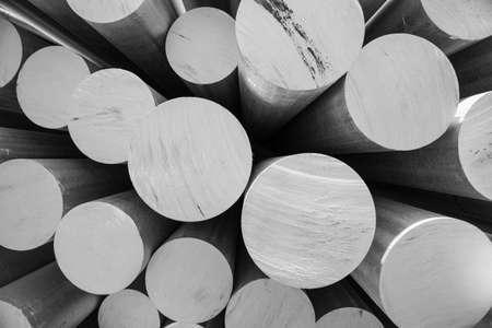 Aluminiummetaal grondstof in de vorm van lange buizen Stockfoto
