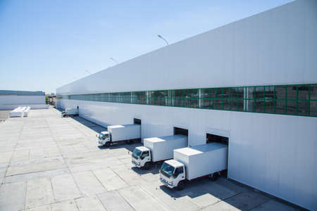 facade of an industrial building and warehouse with freight cars in length Stockfoto
