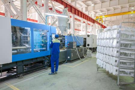 máquina de la prensa de moldeo por inyección industrial para la fabricación de piezas de acondicionador usando polímeros en la gestión de trabajador