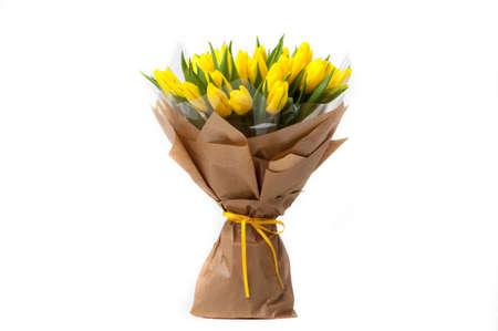 tulipanes amarillos en un ramo de papel asociado a la cinta. día de San Valentín Foto de archivo