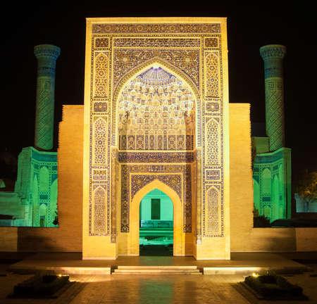 아미르 티무르 묘소의 주요 입구, 밤. 중앙 아시아의 고대 건축