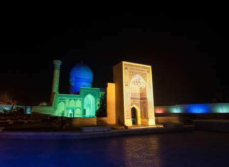 밤에 아미르 Timur의 묘소의 전경. 중앙 아시아의 고대 건축 스톡 콘텐츠